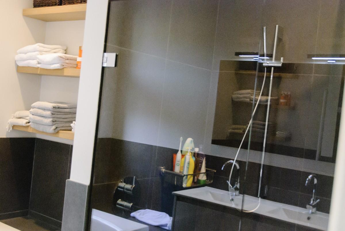 Badkamers keukenhof for Modern keukenhout