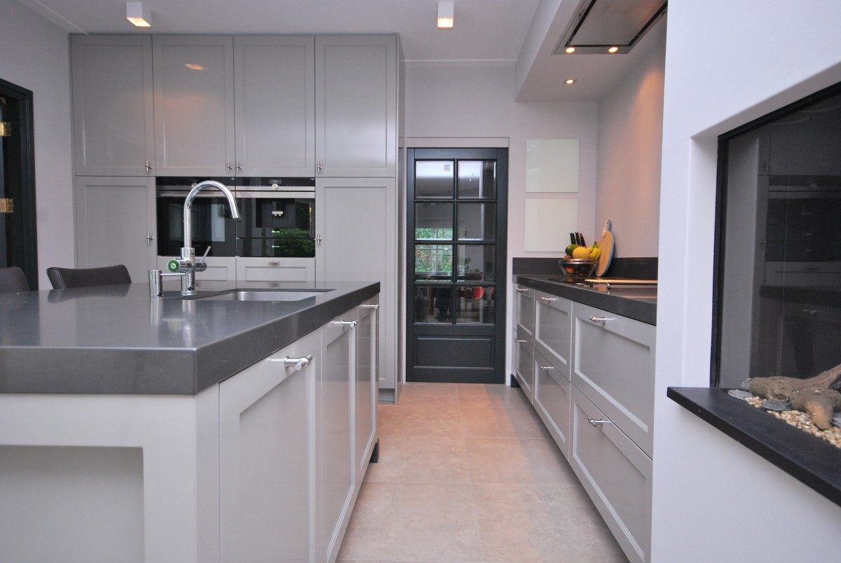 Landelijke woonkeuken met haard laren n h keukenhof - Kamer van rustieke chic badkamer ...