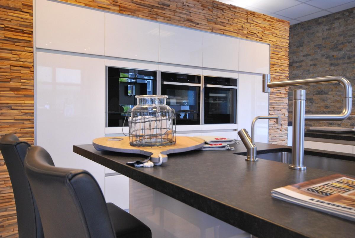 Showroomkeuken modern holten verkocht keukenhof - Witte keuken voorzien van gelakt ...