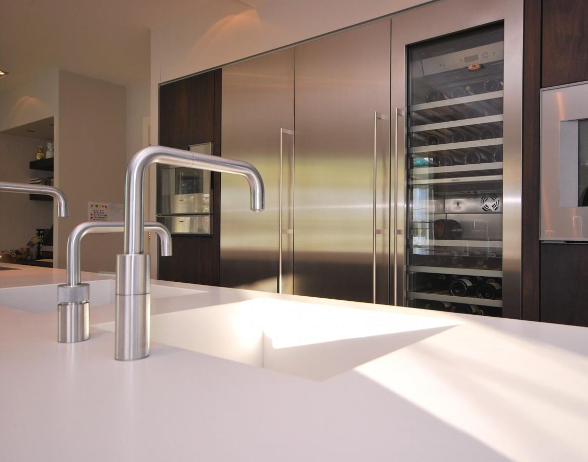Moderne keuken van massief notenhout super prime markelo keukenhof for Modern keukenhout