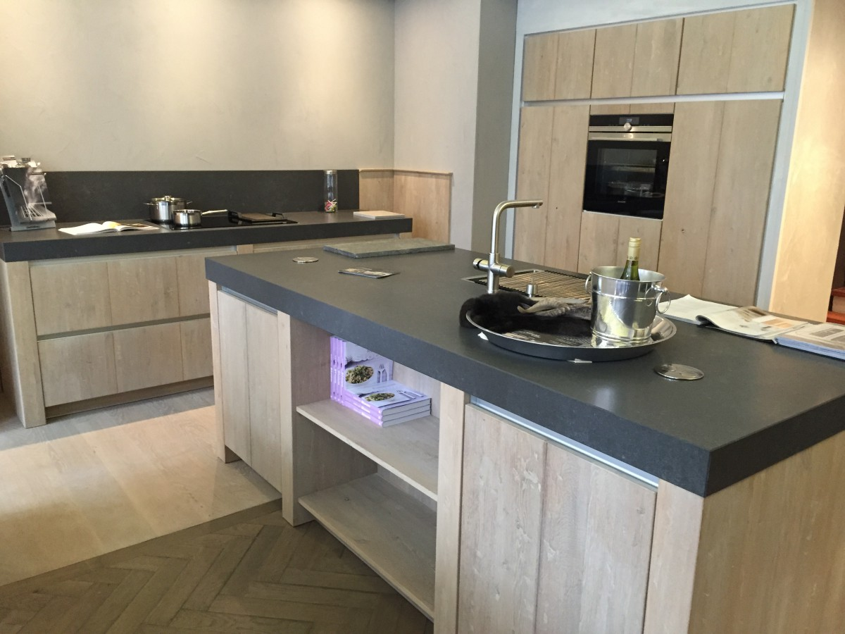 Houten Keuken Pintoy : Moderne greeploze houten keuken Delden Keukenhof