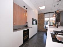 keukenhof-van-holten-twente-moderne-greeploze-woonkeuken-leefkeuken-corian-3.JPG