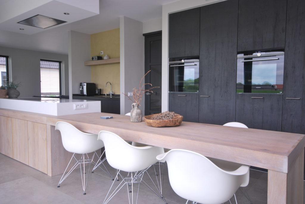 Moderne woonkeuken met Stretto meubel en hoge kasten wand met massief eiken fronten