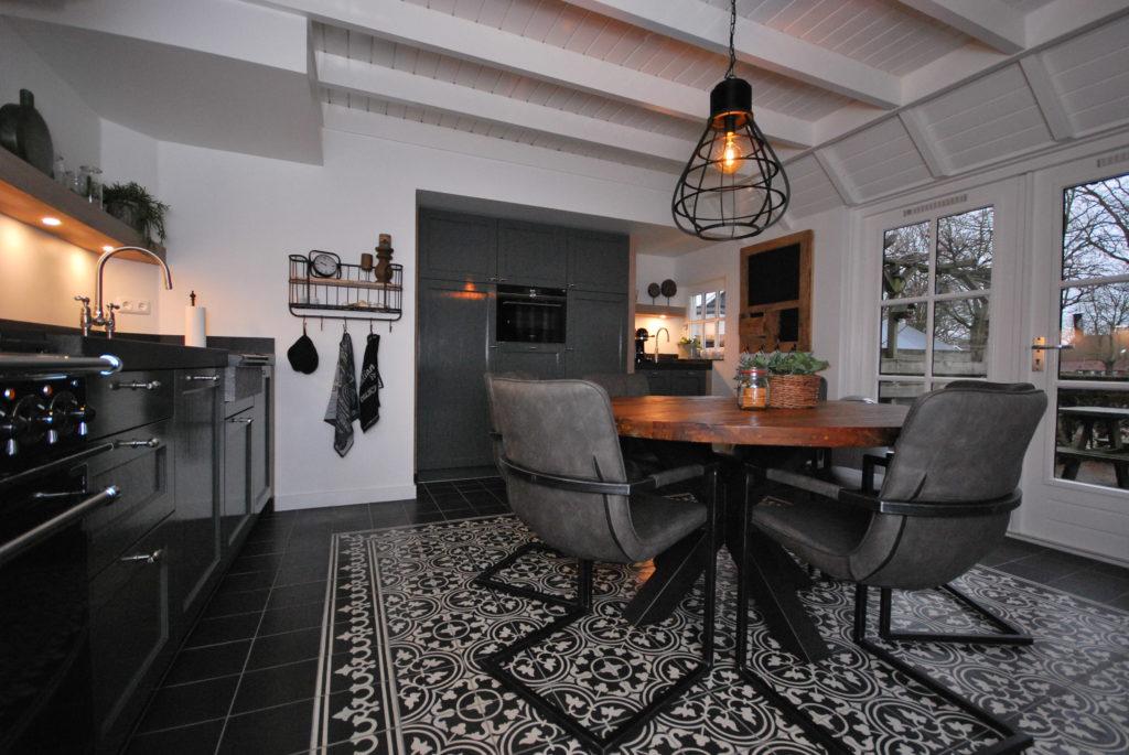 Handgeschilderde woonkeuken voorzien van eiken stollen