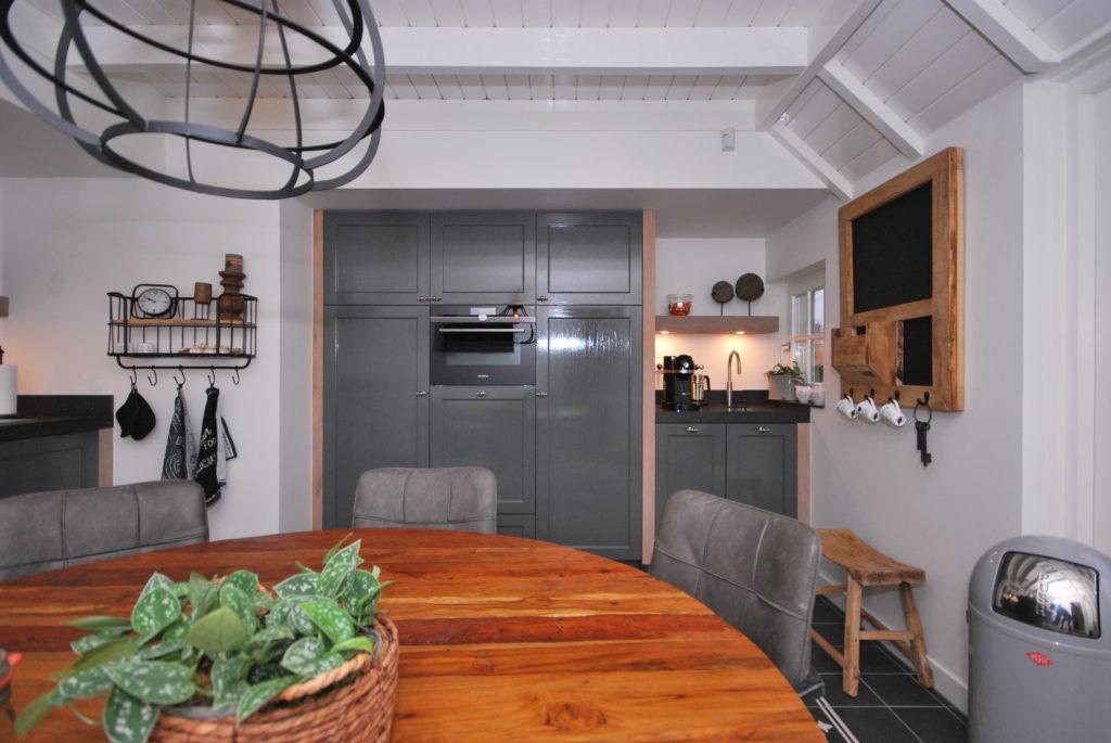Handgeschilderde woonkeuken met kastenwand en koffiecorner