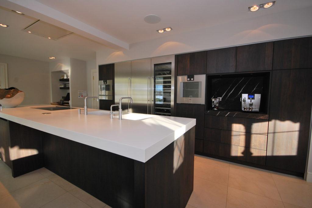 Moderne keuken opgeleverd met fronten in massief notenhout