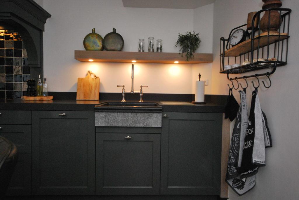 Handgeschilderde woonkeuken met handgeschilderde schouw