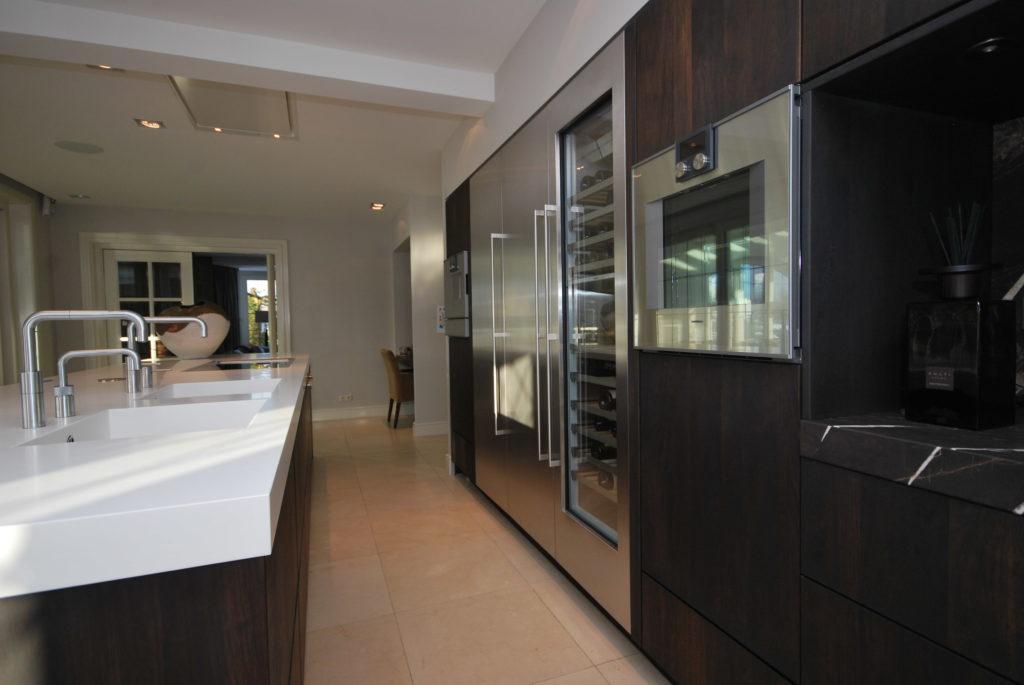 Moderne keuken met massief notenhout fronten en Quooker kranen