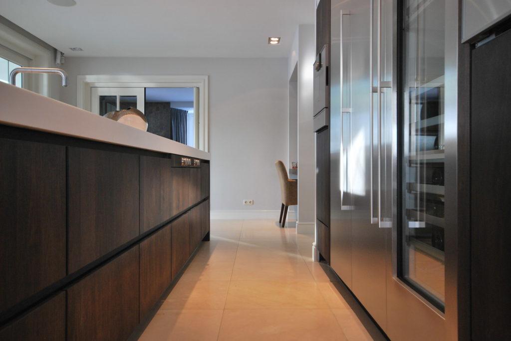 Moderne woonkeuken met wijnklimaatkast