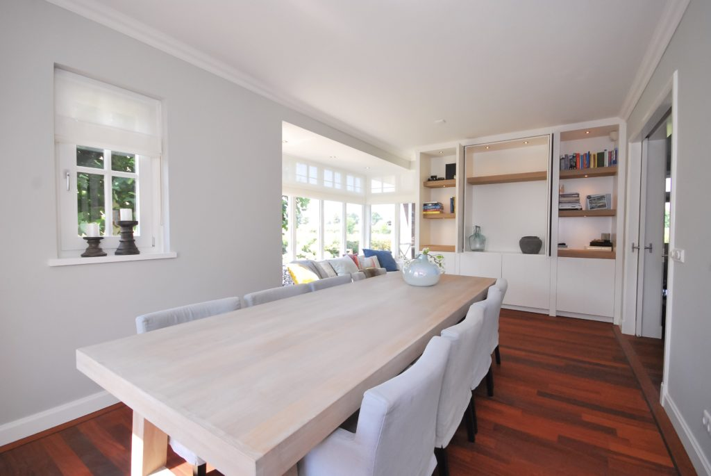 Handgeschilderde woonkeuken met handgemaakte eettafel