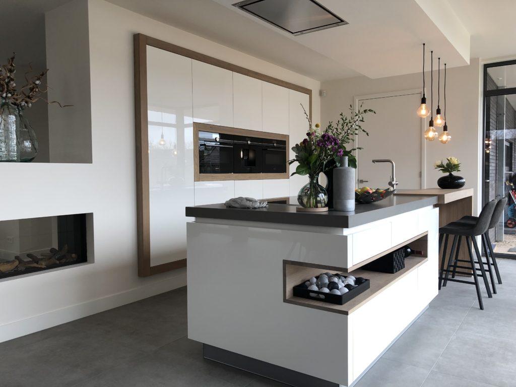 Maatwerk hoogglans woonkeuken met kook- en spoeleiland met inductie kookplaat