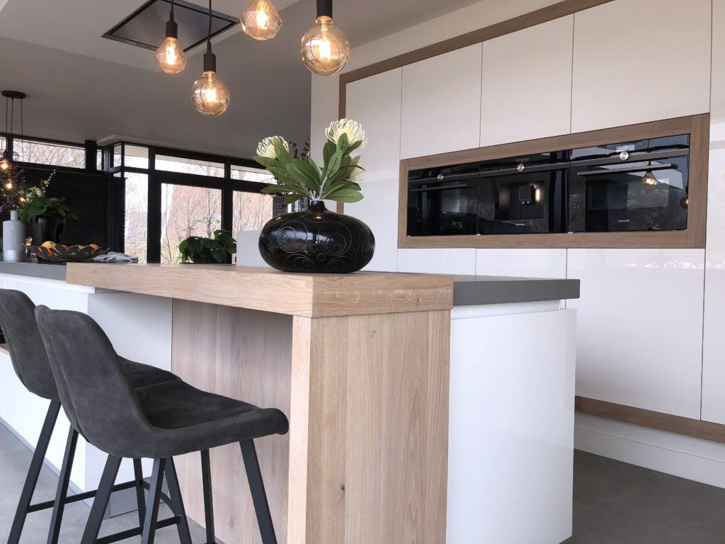 Moderne hoogglans woonkeuken met massief eiken bar