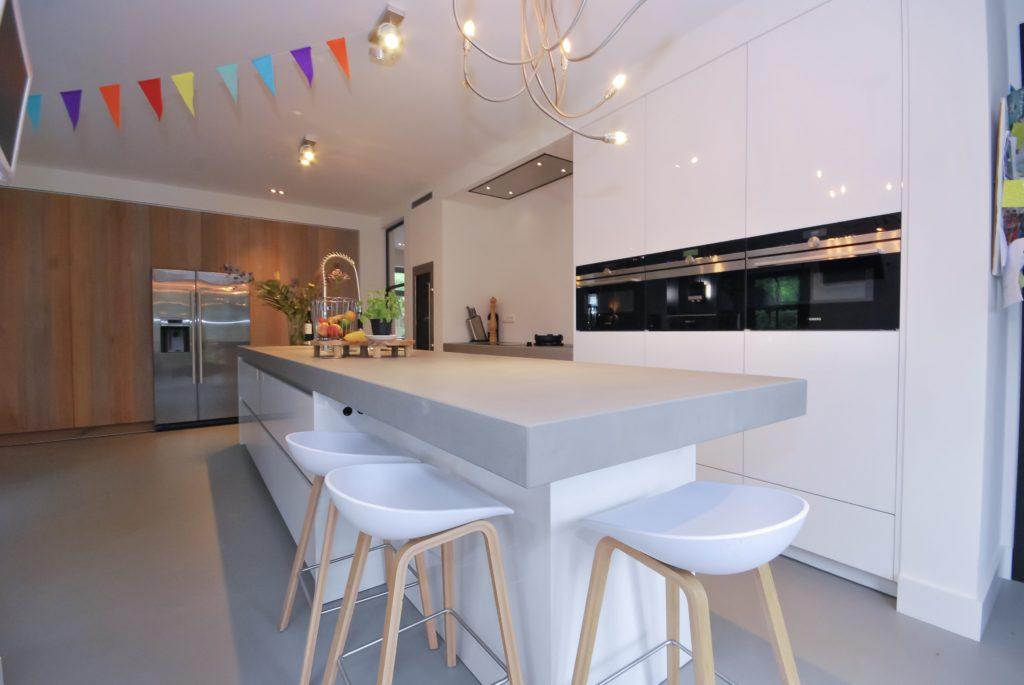 Woonkeuken met een ingebouwde kastenwand met aansluitend het kook gedeelte