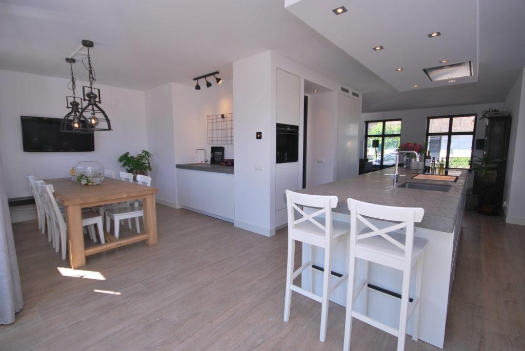 Moderne woonkeuken met kook & spoeleiland en aparte nis met koffiecorner