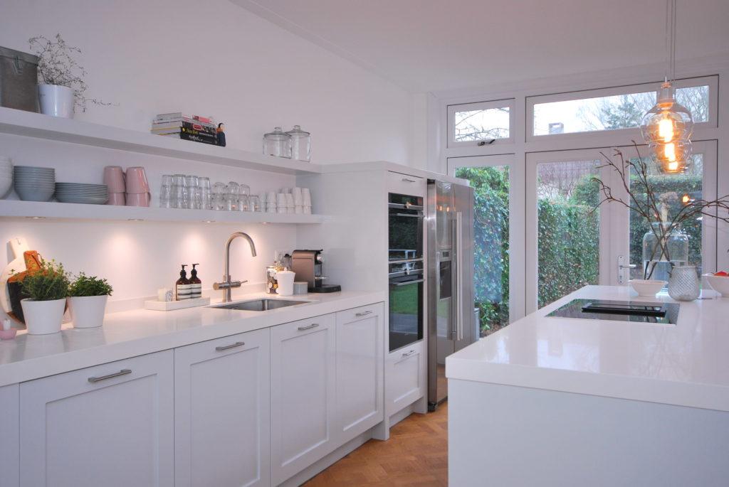 Handgeschilderde woonkeuken met in wit composiet uitgevoerd werkblad
