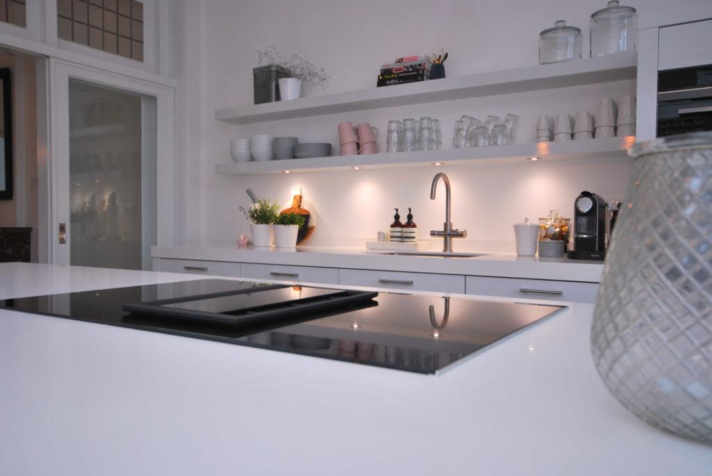 Woonkeuken met Siemens Home inductie kookplaat en geïntegreerde afzuiging