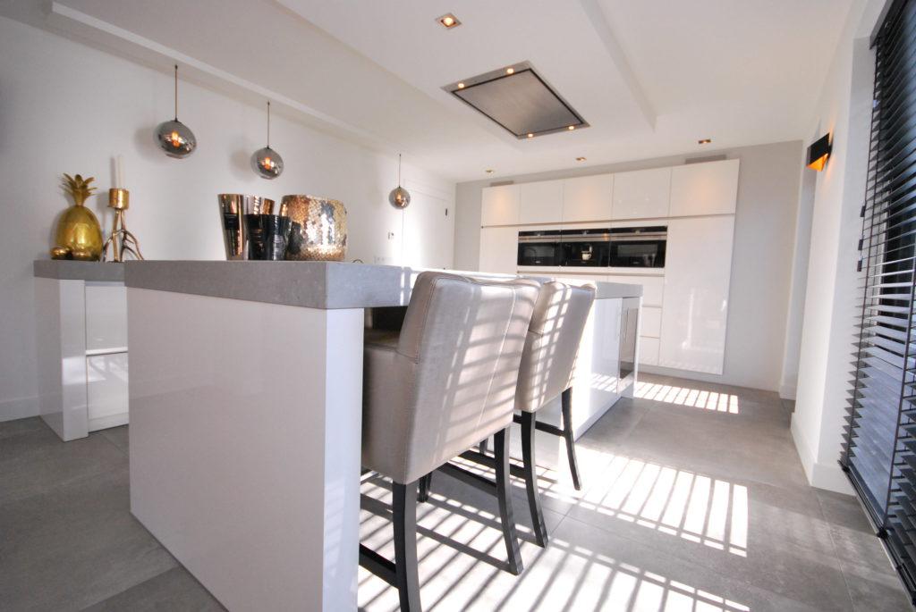 Moderne hoogglans witte greeploze keuken