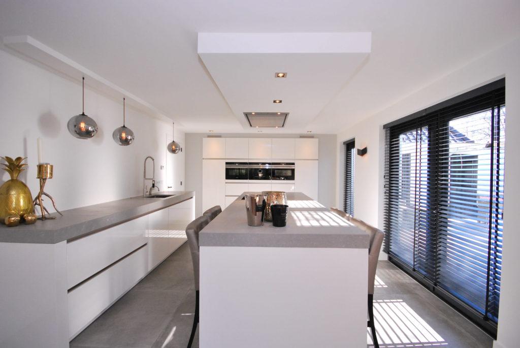 Greeploze moderne keuken met eiland
