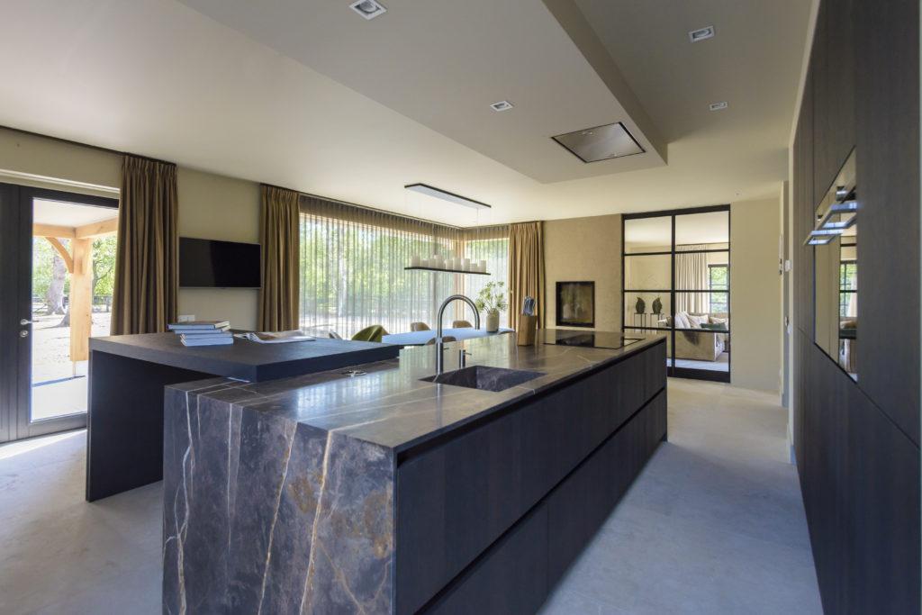 Op maat gemaakte greeploze woonkeuken met marmer keukenblad