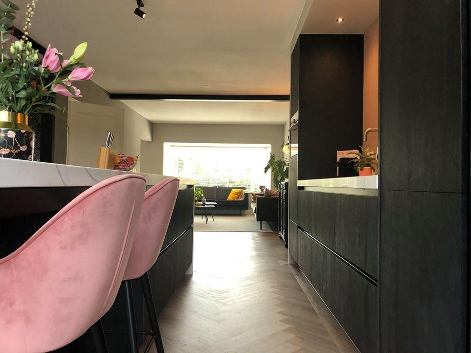 Moderne woonkeuken met ingebouwde wandgedeelte