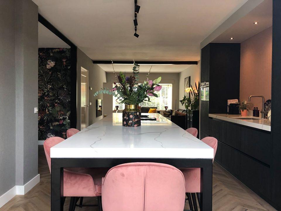 Moderne woonkeuken met marmeren werklad en ingebouwde wandgedeelte