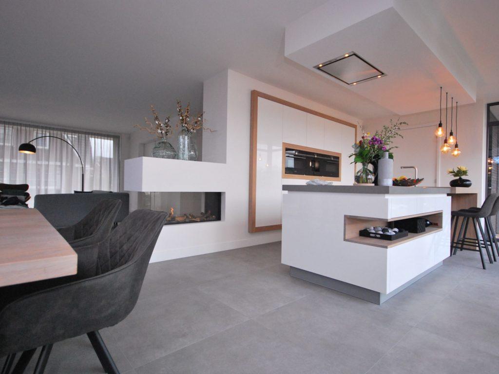 Oplevering moderne hoogglans woonkeuken met greeploze en half ingebouwde kastenwand