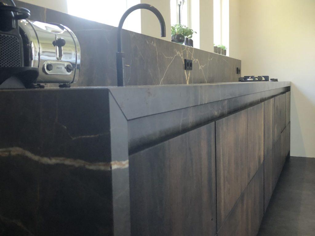 Oplevering massief notenhouten keuken met marmer Holten