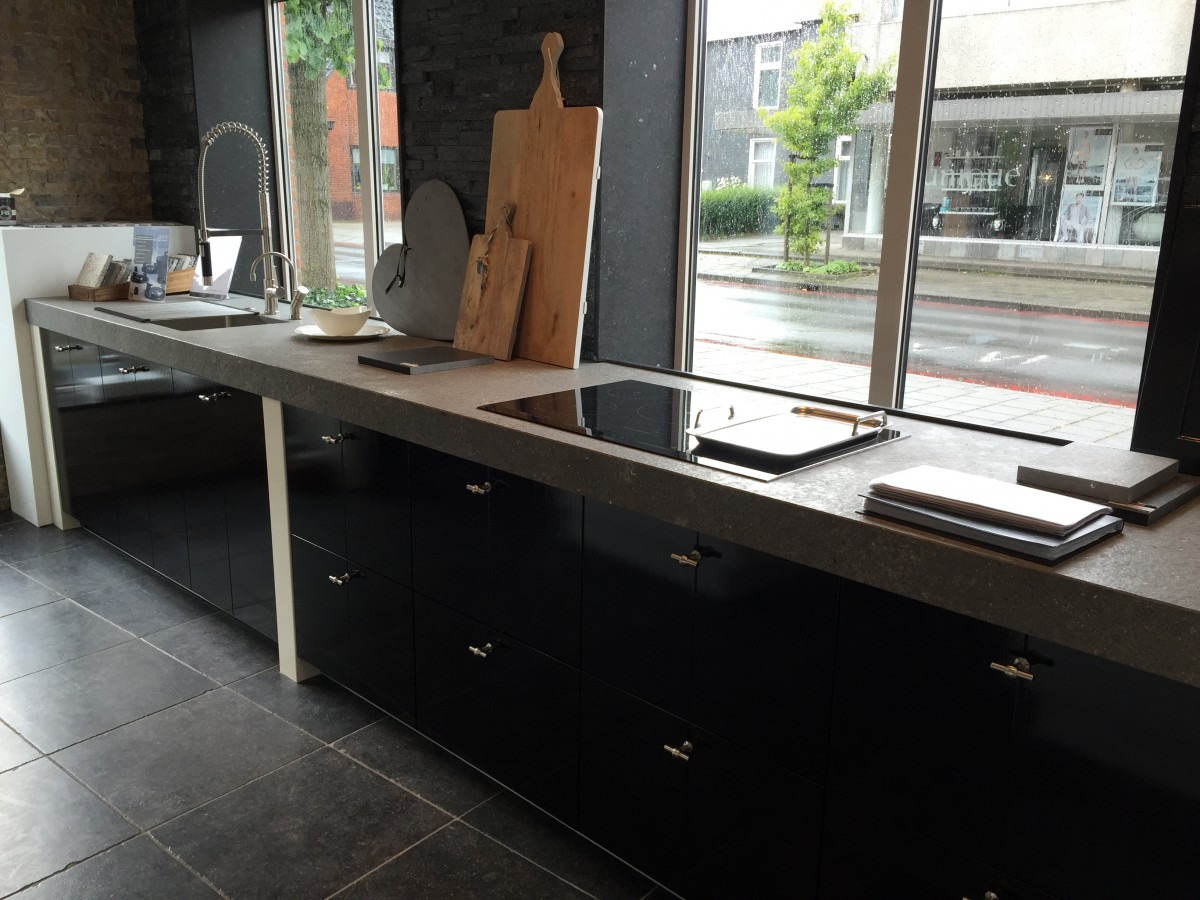 Strakke Zwarte Keuken : Showroomkeuken tijdloosholten keukenhof